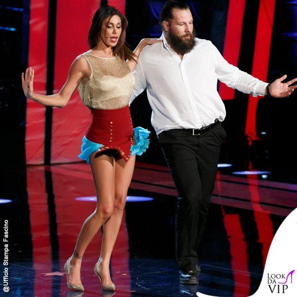 afa8bf3e4ab4fe Se nella puntata precedente, ballando con Martin Castrogiovanni, Belen  Rodriguez aveva rotto il vestito sotto l'ascella, stavolta è stato il top  dorato che ...
